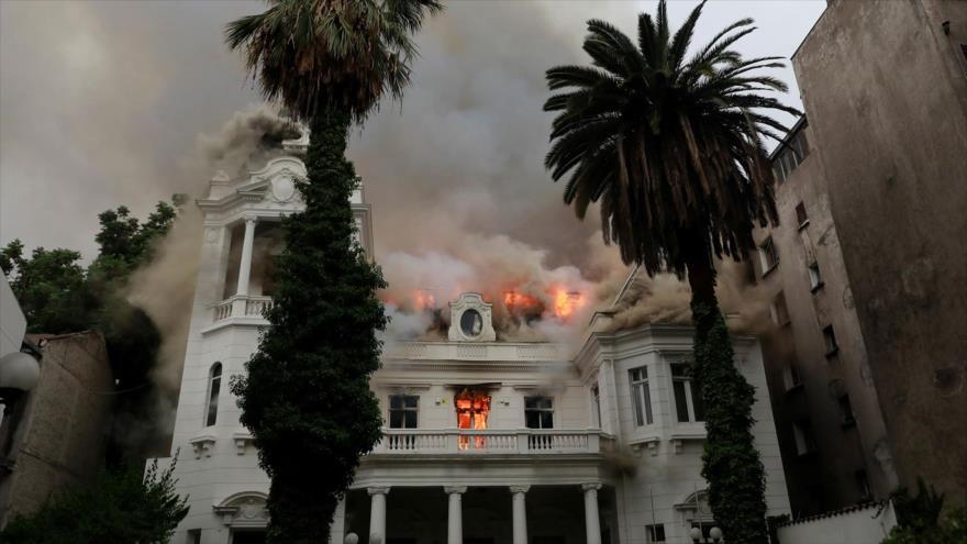 Vídeo: Incendian un edificio histórico en las protestas en Chile