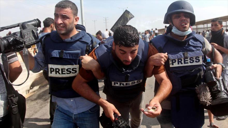 Periodistas palestinos heridos por la represión de soldados israelíes en la Franja de Gaza.