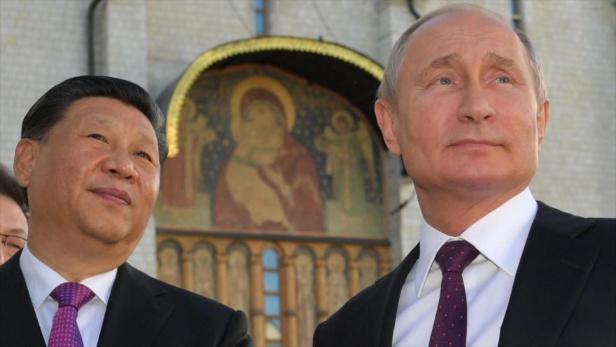 El presidente ruso, Vladimir Putin (dcha.), y su par chino, Xi Jinping, en el Kremlin, Moscú, 5 de junio de 2019. (Foto: AFP)