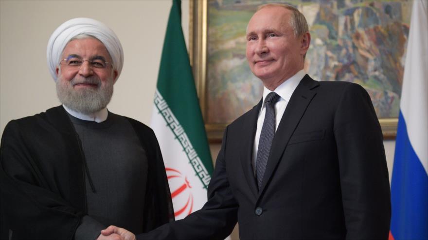 El presidente ruso, Vladimir Putin (dcha.), junto a su par iraní, Hasan Rohani, en una reunión, en Ereván (capital armenia), 1 de octubre de 2019. (Foto: AFP)