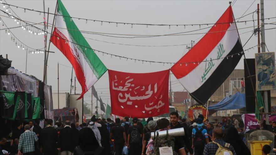 Banderas de Irán e Irak instaladas en el camino de los peregrinos durante la ceremonia religiosa de Arbaín, en la ciudad iraquí de Karbala.