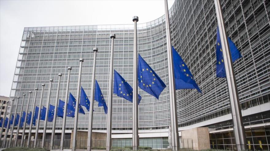 La sede de la Comisión Europea y banderas de la UE en Bruselas.