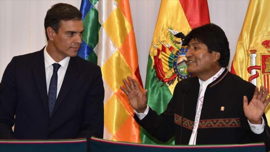 El presidente del Gobierno español en funciones, Pedro Sánchez (izda.), y su homólogo boliviano, Evo Morales, Santa Cruz, 28 de agosto. (Foto: AFP)