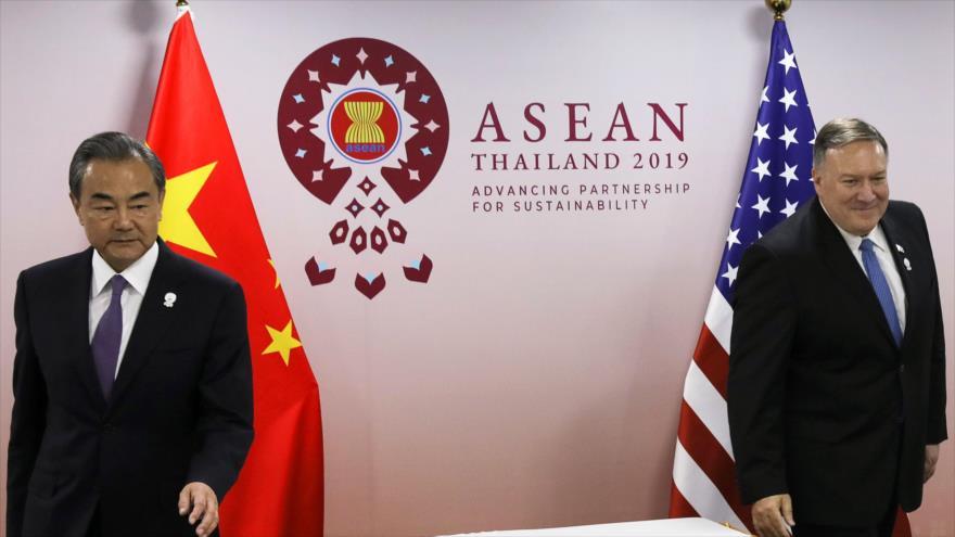 El canciller chino, Wang Yi (izda.), y su par estadounidense, Mike Pompeo, en Bangkok (capital de Tailandia), 1 de agosto de 2019. (Foto: AFP)