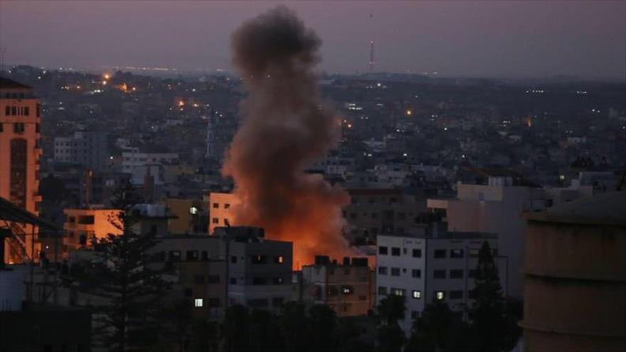 Foto muestra un ataque de los aviones israelíes contra zonas residenciales en la asediada Franja de Gaza.