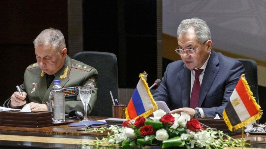 El ministro de Defensa de Rusia, Serguéi Shoigú (drcha.), y su homólogo de Egipto, Mohamed Zaki, en una reunión en El Cairo, 12 de noviembre de 2019.