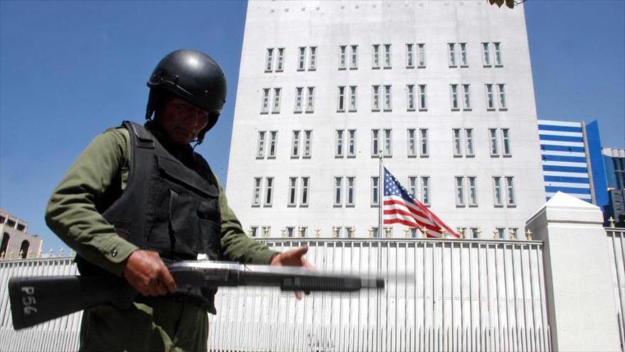 Un Policía vigila ante la embajada de Estados Unidos en La Paz (la capital administrativa de Bolivia).