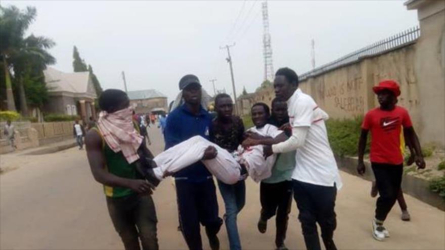 Simpatizantes del sheij Ibrahim al-Zakzaky llevan a un herido tras disparo de la policía en una procesión religiosa en Nigeria, 14 de noviembre de 2019.