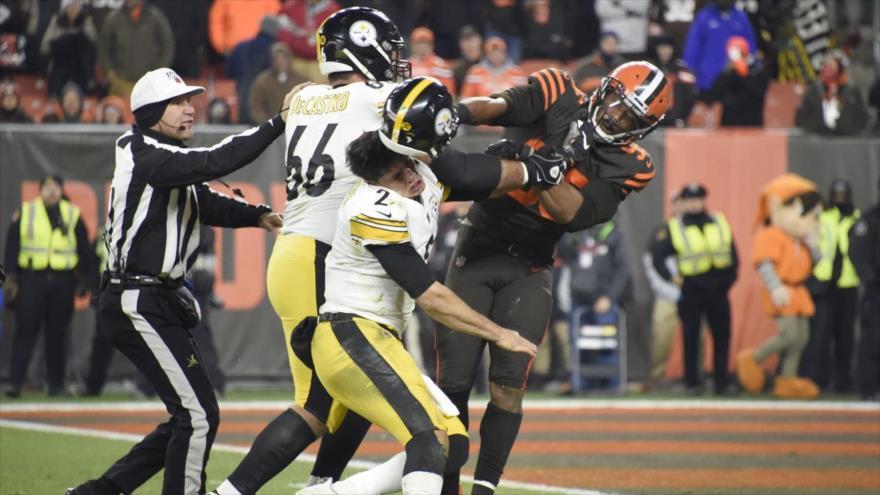 Vídeo: Jugador de NFL golpea a un rival con su propio casco
