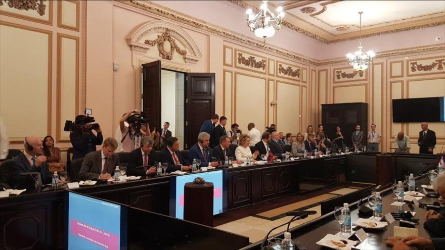 Delegaciones rusa y cubana se reúnen en La Habana (capital de Cuba), 15 de noviembre de 2019.