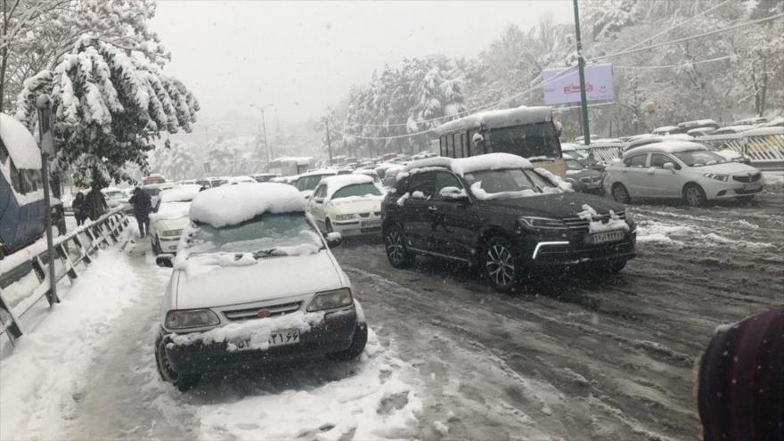 Fotos y vídeo: Irán hace frente a una fuerte nevada otoñal
