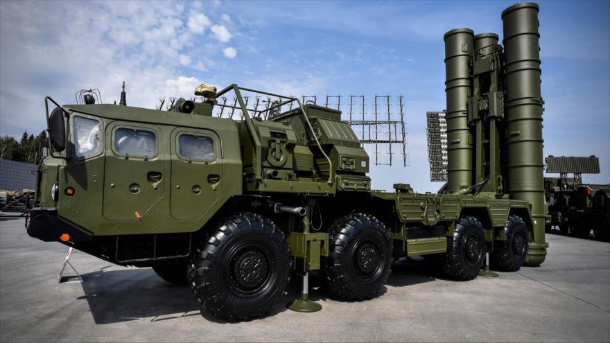 Sistema antiaéreo ruso S-400 en el campo de exposición en Kubinka Patriot Park, en las afueras de Moscú, la capital de Rusia, agosto de 2017. (Foto: AFP)
