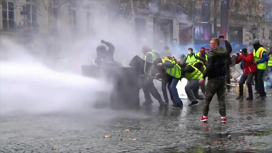 Policía reprime a 'chalecos amarillos' en aniversario del movimiento