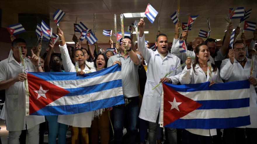 Médicos cubanos después de regresar a su país desde Bolivia en aeropuerto internacional José Martí de La Habana, 16 de noviembre de 2019. (Foto: AFP)