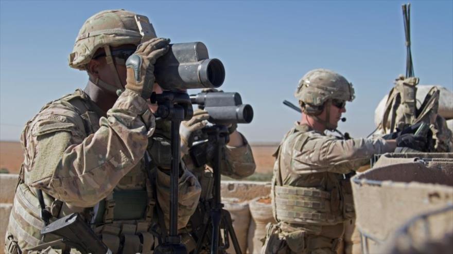 Soldados estadounidenses vigilan un área en la ciudad siria de Manbij, Siria, 1 de noviembre de 2018.