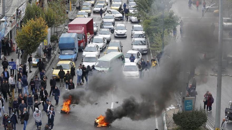 Un grupo de iraníes protagoniza disturbios so pretexto de rechazar el alza de precios de gasolina.
