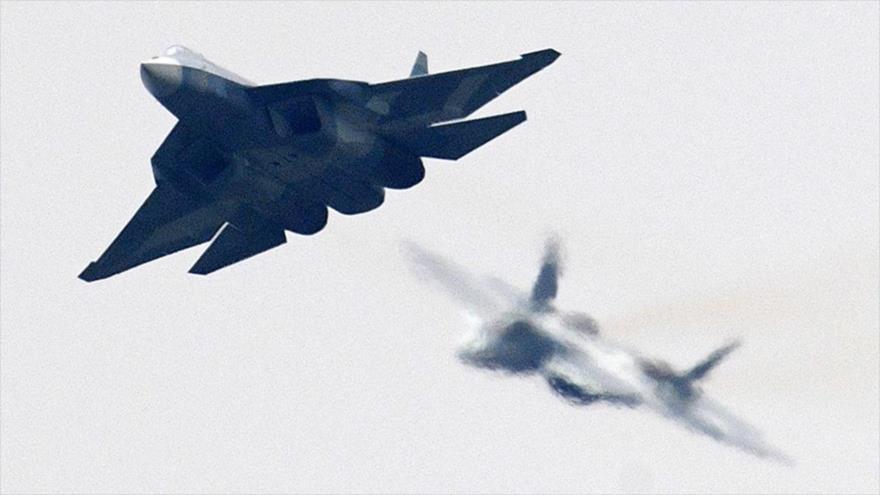 Un avión de combate ruso modelo Sujoi Su-57, en pleno apoyo.