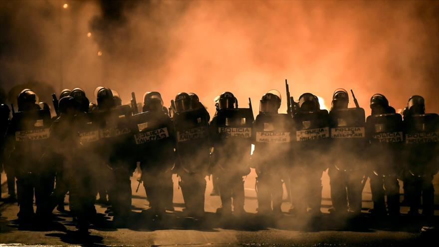 Policía reprime a bolivianos que piden renuncia de los golpistas