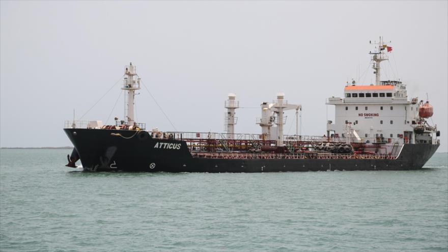 Un barco en las aguas del mar Rojo cerca del puerto yemeno Saleef, 13 de mayo de 2019. (Foto: AFP)