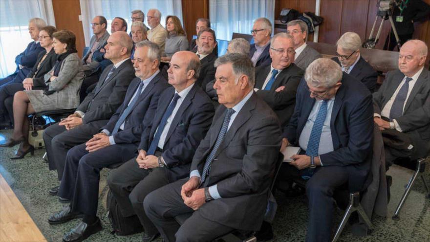 Los exlíderes socialistas de la Junta de Andalucía Manuel Chaves (4.º dcha.) y José Antonio Griñán (3.º dcha.) con el resto de LOS acusados el primer día del juicio.