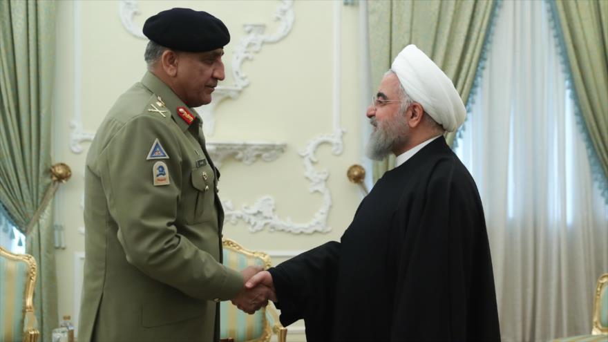 El presidente iraní, Hasan Rohani (dcha.), y el jefe del Estado Mayor del Ejército de Paquistán en Teherán, 19 de noviembre de 2019. (Foto: president.ir)
