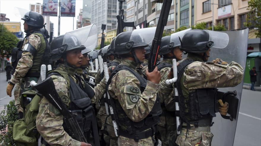 Miembros de las FF.AA. bolivianas se enfrentan a los partidarios del dimisionario presidente boliviano, Evo Morales, en La Paz, la capital administrativa, 14 de noviembre de 2019. (Foto: AFP)