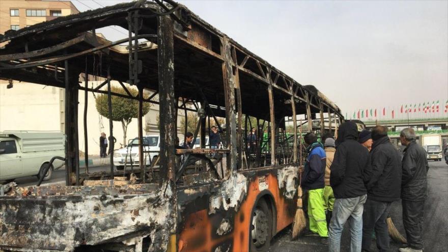 Un autobús afectado por los actos de sabotaje de un grupo de alborotadores durante las protestas en Teherán, 17 de noviembre de 2019. (Foto: AFP)