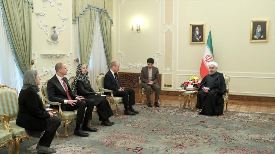 El presidente de Irán, Hasan Rohani (dcha.), se reúne con el embajador sueco, Mattias Lentz, Teherán, 19 de noviembre de 2019. (Foto: president.ir)