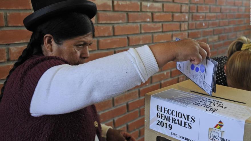 Una boliviana votando en las elecciones generales de Bolivia, 20 de octubre de 2019.