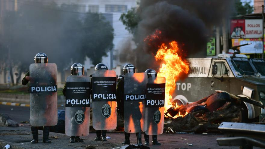 La policía boliviana enfrenta a los manifestantes en La Paz, Bolivia, 18 de noviembre de 2019. (Foto: AFP)