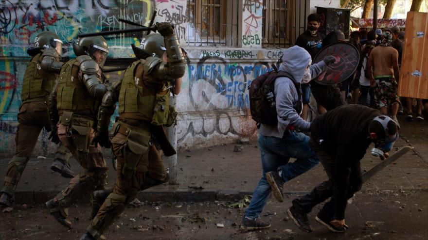 Carabineros siguen reprimiendo las protestas en Chile, 19 de noviembre de 2019. (Foto: AFP)