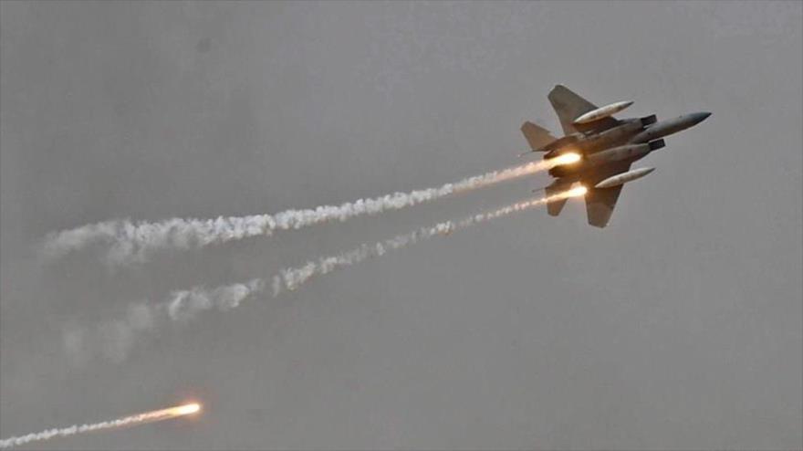 Un avión de combate F-15 de la Fuerza Aérea de Arabia Saudí, en pleno vuelo.