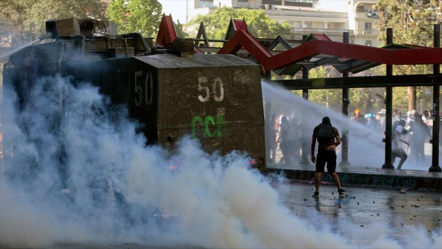 Manifestantes chocan con la Policía antidisturbios durante una protesta contra el Gobierno en Santiago, Chile, 19 de noviembre de 2019. (Foto: AFP)