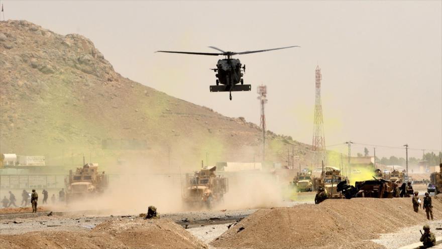 Un helicóptero Black Hawk estadounidense sobrevuela la provincia afgana de Kandahar, 2 de agosto de 2017. (Foto: AFP)