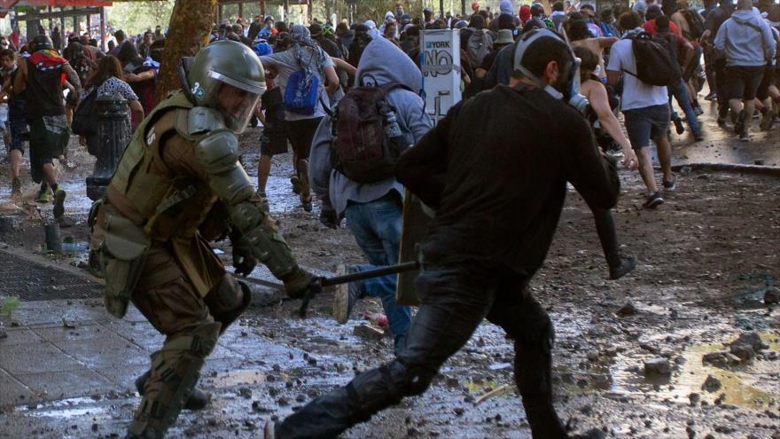 La Policía antidisturbios chilena choca con manifestantes en Santiago, 19 de noviembre de 2019. (Foto: AFP)