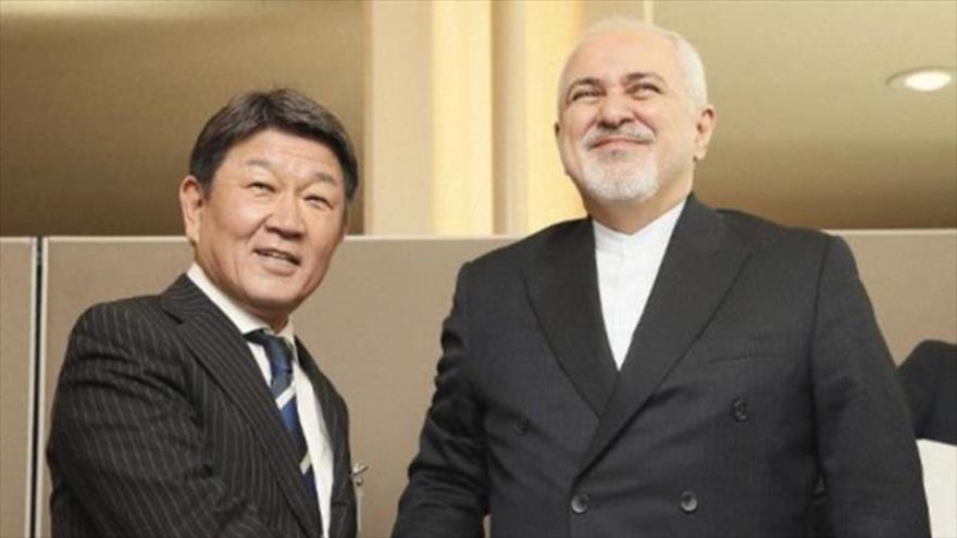 El canciller iraní, Mohamad Yavad Zarif (dcha.), y su homólogo japonés, Toshimitsu Motegi.