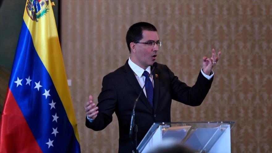 El canciller venezolano, Jorge Arreaza, habla en una rueda de prensa celebrada en Caracas, 6 de agosto de 2019. (Foto: AFP)