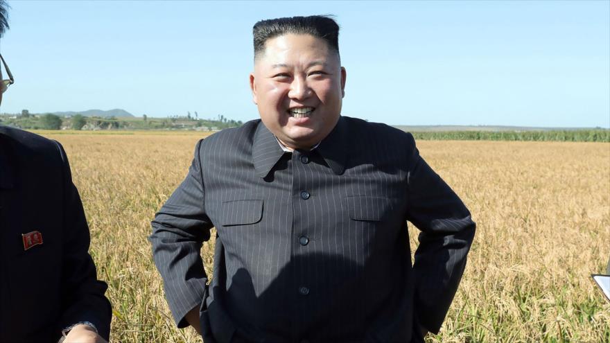 El líder norcoreano, Kim Jong-un, inspecciona una granja en un lugar no identificado, 9 de octubre de 2019. (Foto: AFP)