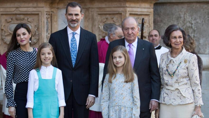 La familia real de España posa en Palma de Mallorca, 1 de abril de 2018. (Foto: AFP)