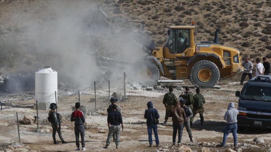 Buldócer israelí demuele una cabaña palestina al este de la ciudad de Yatta, 21 de noviembre de 2019. (Foto: AFP)