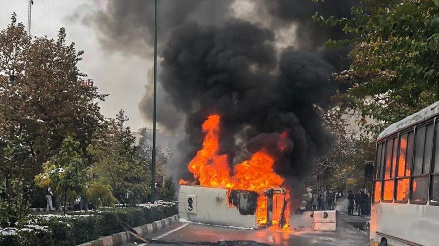 Un autobús de línea se quema, después de que algunos alborotadores lo atacaran con explosivos en la ciudad iraní de Shiraz. (Foto: Fars).