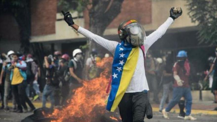 Un manifestante enmascarado durante protestas antigubernamentales en Caracas, capital de Venezuela.