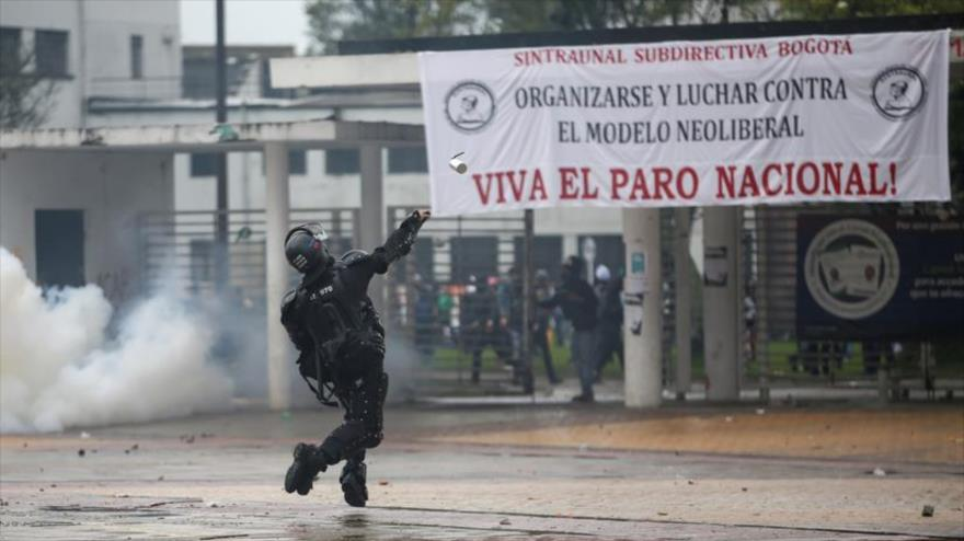 Represión policial deja decenas de heridos y detenidos en Colombia