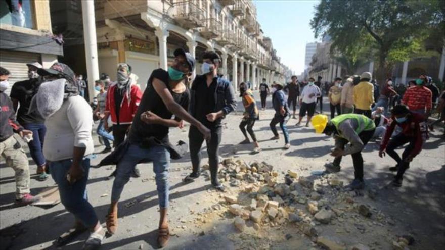 Manifestantes antigubernamentales de Irak chocan con las fuerzas de seguridad en la capital, Bagdad, 22 de noviembre de 2019. (Foto de AFP)