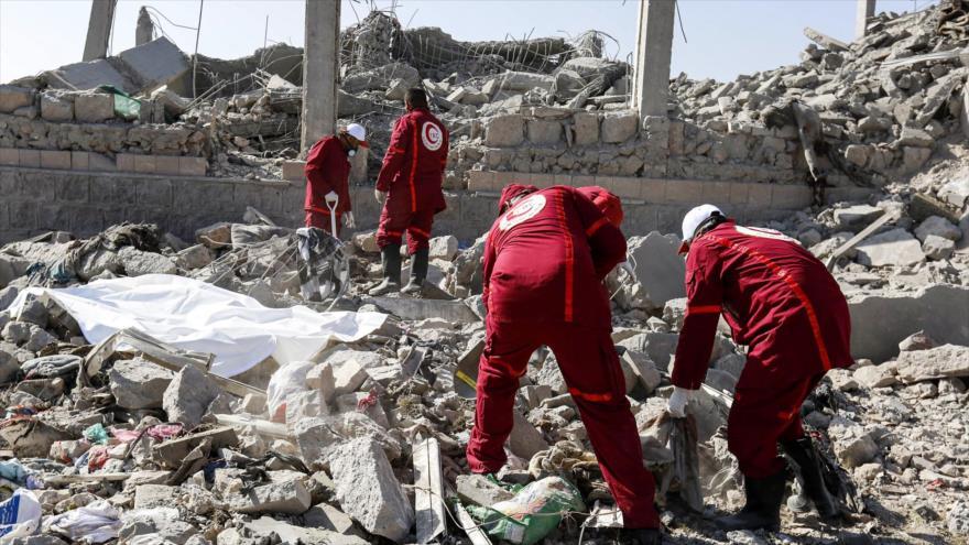 Socorristas recuperan los cuerpos de víctimas en un edificio destruido por ataques saudíes en Dhamar (Yemen), 1 de septiembre de 2019. (Foto: AFP)
