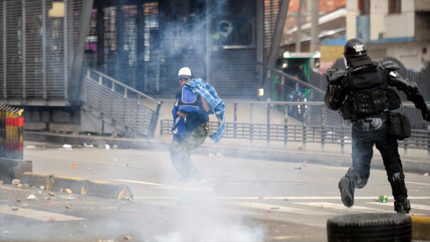 Policía de Colombia hiere en la cabeza a joven con granada de gas | HISPANTV