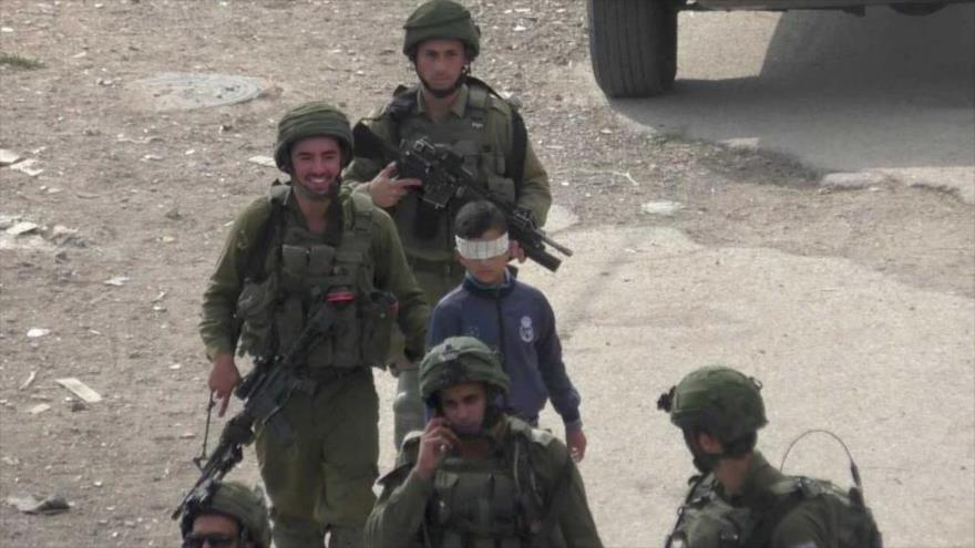Vídeo: Tropas israelíes raptan a niño palestino con ojos vendados | HISPANTV