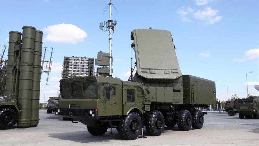 Radares del sistema antiaéreo ruso S-400 en el campo de exposición en Kubinka Patriot Park, en las afueras de Moscú, agosto de 2017. (Foto: AFP)