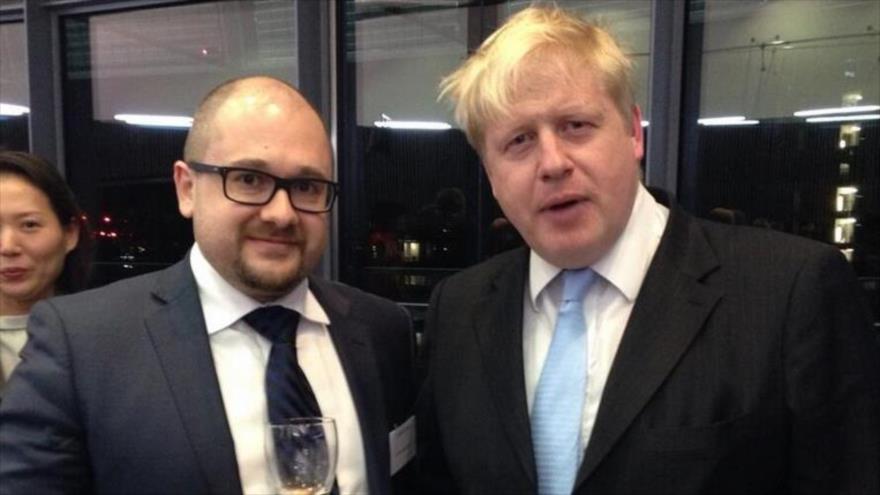 El político británico Boris Johnson fotografiado en un evento con el diplomático ruso Serguéi Nalobin.