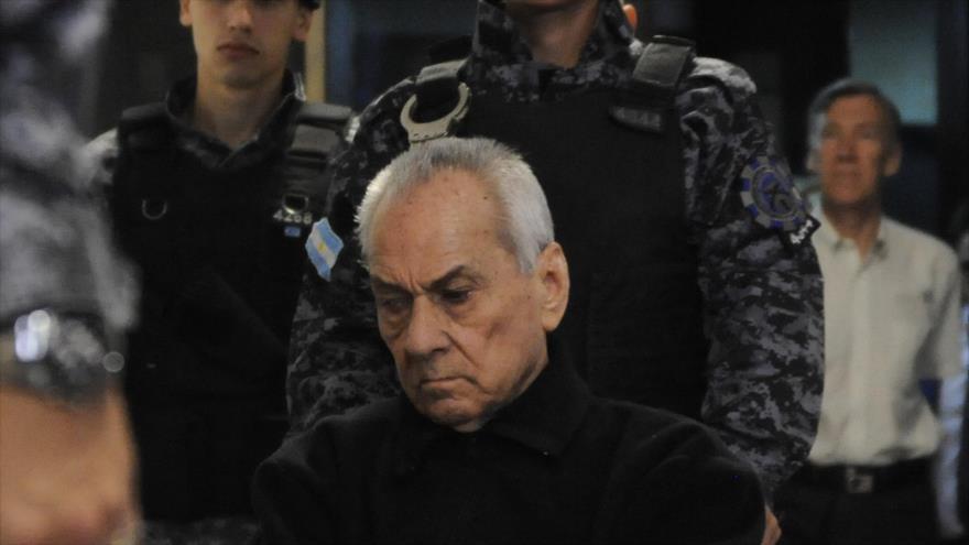 El sacerdote italiano Nicola Corradi es llevado ante el Tribunal Penal de Mendoza (Argentina) para escuchar su sentencia, 25 de noviembre de 2019.